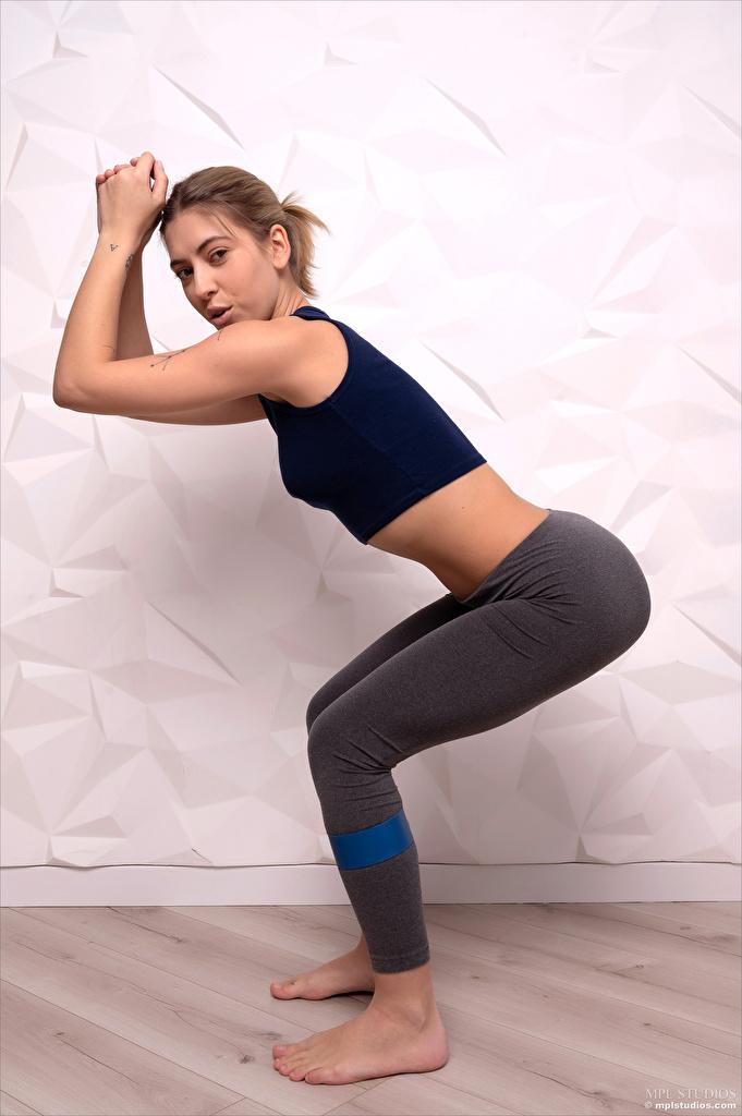 Картинки Avery 1997 Тренировка Поза Фитнес Спорт Девушки смотрит  для мобильного телефона тренируется физическое упражнение позирует девушка спортивные спортивная спортивный молодая женщина молодые женщины Взгляд смотрят