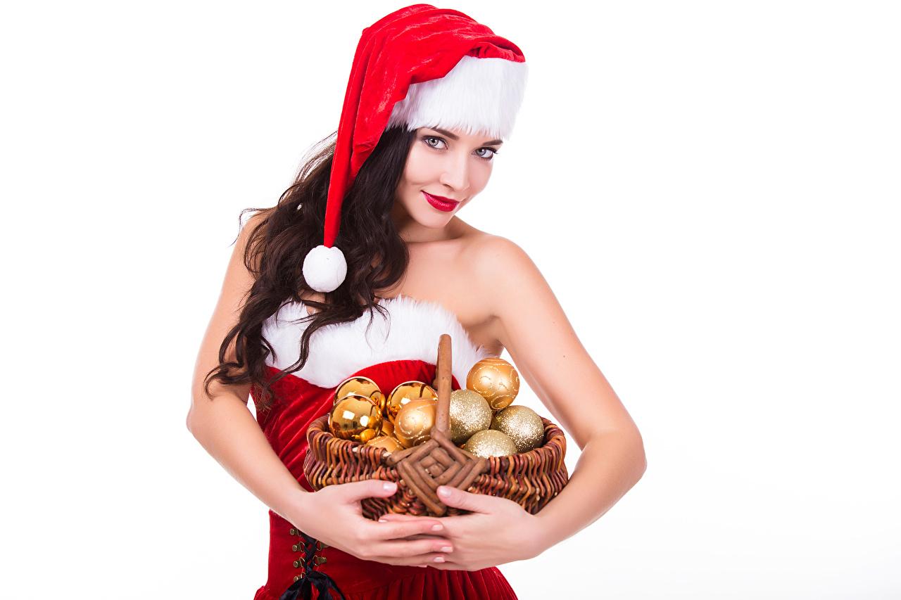 Фотография шатенки Рождество в шапке молодая женщина Корзинка Шар Белый фон Шатенка Новый год шапка Шапки Девушки девушка молодые женщины корзины Корзина Шарики белом фоне белым фоном