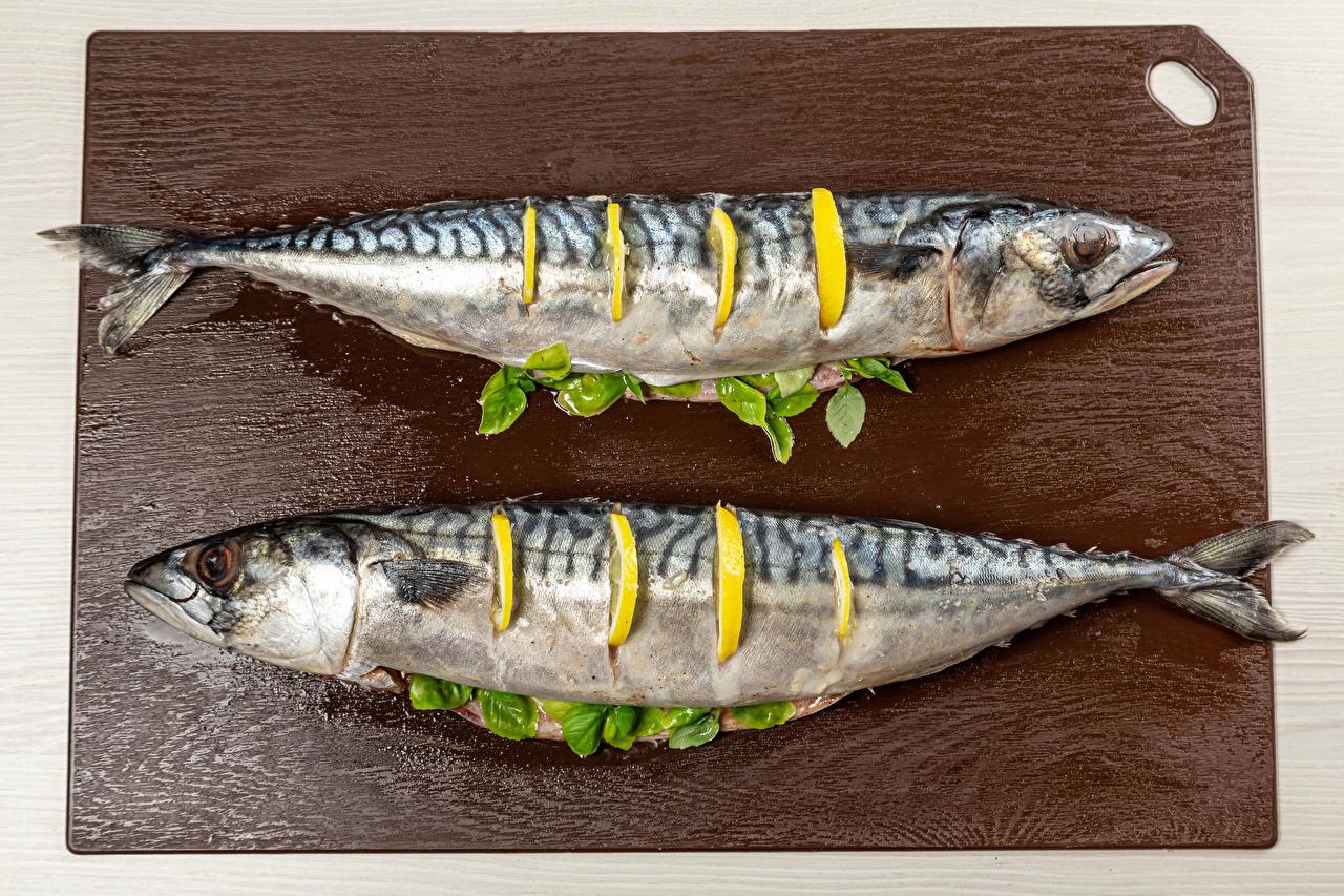 Фото Двое Рыба Лимоны Пища разделочной доске 2 два две вдвоем Еда Продукты питания Разделочная доска