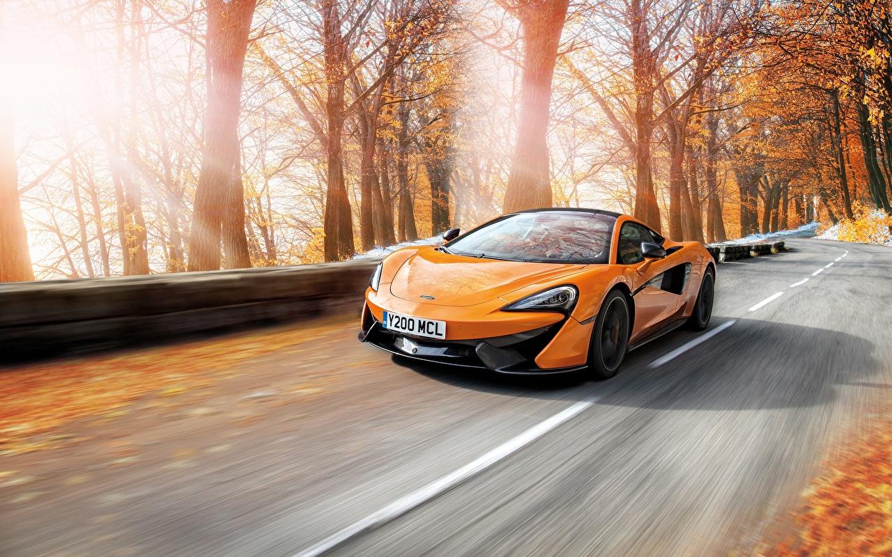 Фото McLaren Желтый едущий машины Макларен желтых желтые желтая едет едущая скорость Движение авто машина автомобиль Автомобили