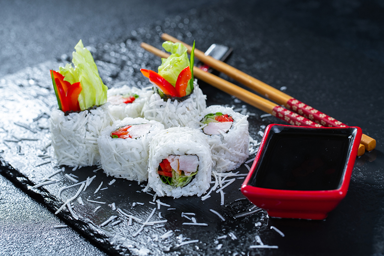 Обои для рабочего стола Еда Рис Суши Соевый соус Палочки для еды Морепродукты Пища Продукты питания суси