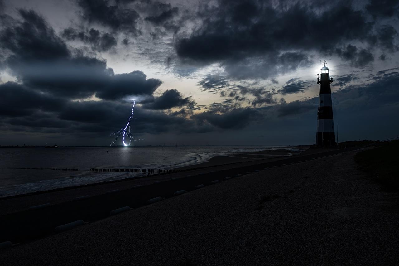 Картинка молнии Маяки Природа Небо берег заливы Ночные Молния маяк Ночь Залив ночью в ночи залива Побережье