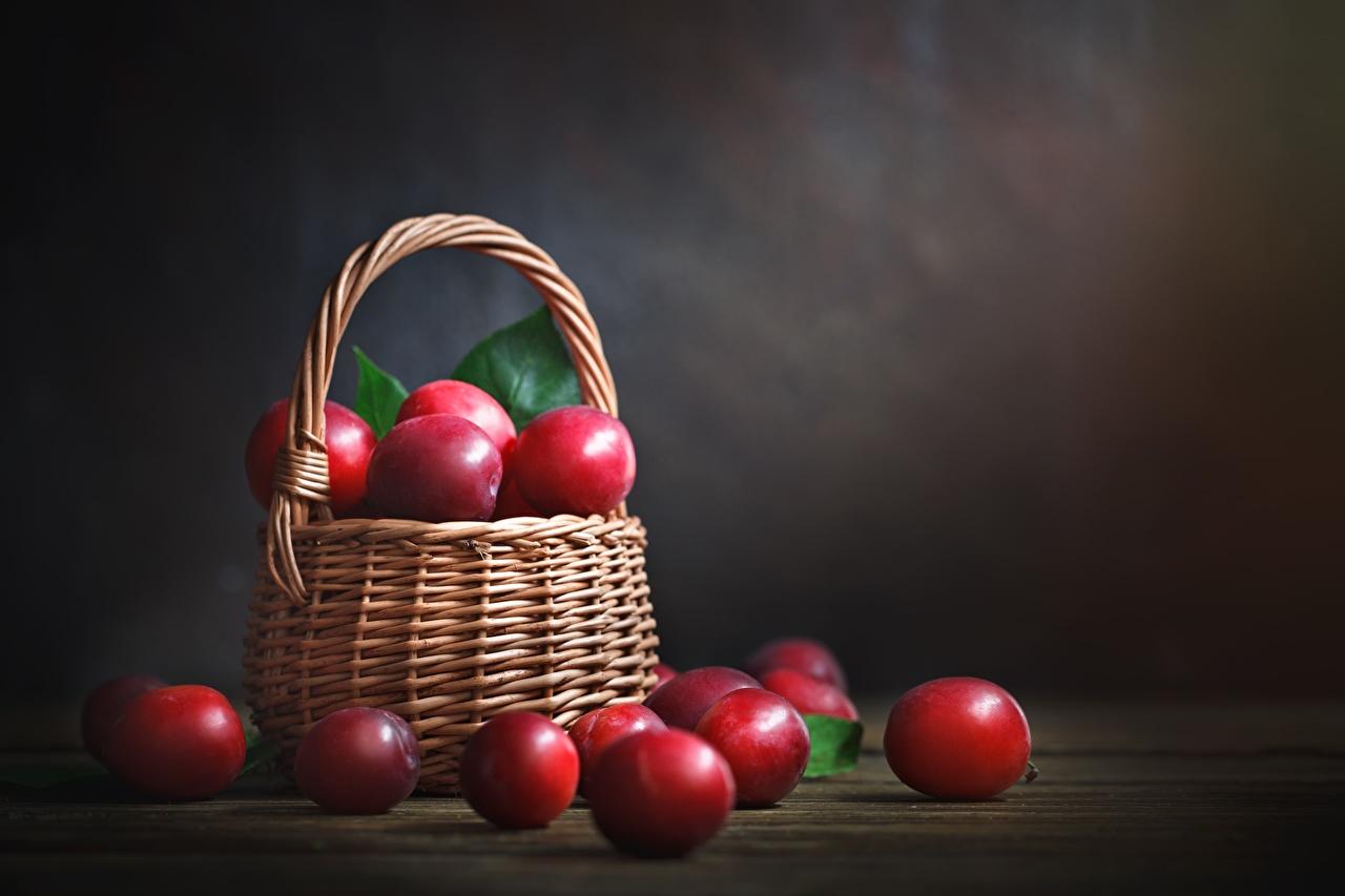 Фотографии красная Сливы Корзинка Пища красных красные Красный корзины Корзина Еда Продукты питания
