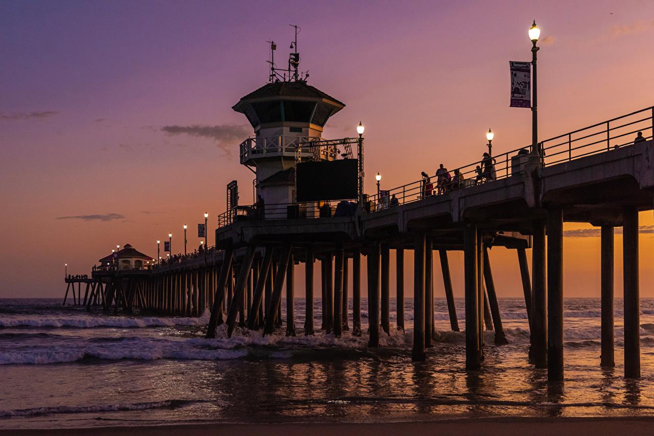 Обои для рабочего стола Калифорния США Huntington Beach Pier Мосты Океан Природа Волны Вечер залива Причалы Уличные фонари калифорнии штаты америка мост Залив Пирсы заливы Пристань