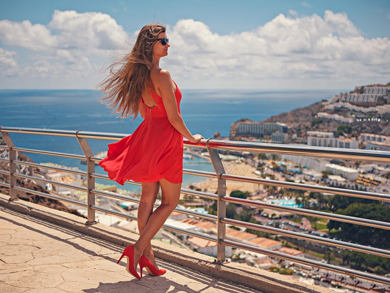 Картинки Канары Испания шатенки Ветер Gran Canaria красных молодая женщина забором очках Платье туфлях канарские острова Шатенка ветром ветрено красная красные Красный девушка Девушки молодые женщины Забор ограда забора Очки очков платья Туфли туфель