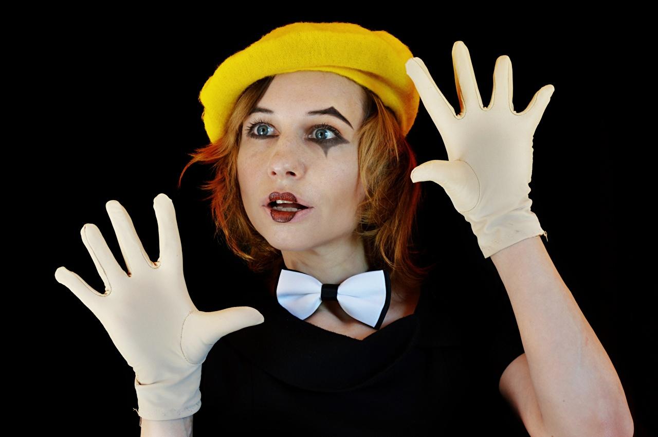 Картинки молодые женщины Берет Руки рыжих Макияж Mime artist бант на черном фоне Перчатки Victoria Borodinova клоуна девушка Девушки молодая женщина рука рыжие Рыжая мейкап косметика на лице Бантик бантики Черный фон перчатках Клоун клоуны