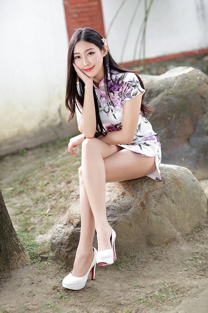 Картинка Улыбка Красивые девушка ног Азиаты Сидит смотрит Платье  для мобильного телефона улыбается красивая красивый Девушки молодая женщина молодые женщины Ноги азиатки азиатка сидя сидящие Взгляд смотрят платья