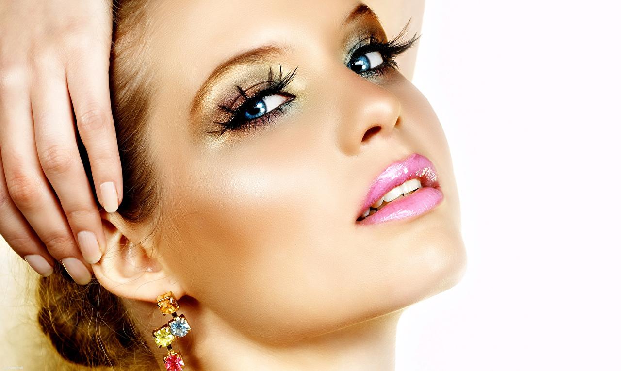 Фотография Глаза Маникюр Макияж Красивые Лицо Девушки Губы Серьги Пальцы Взгляд Белый фон мейкап смотрит