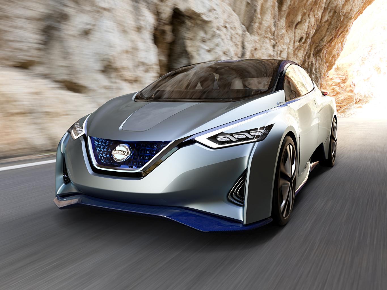 Обои для рабочего стола Nissan боке серебряный едущий машины Металлик Ниссан Размытый фон серебряная Серебристый серебристая едет едущая Движение скорость авто машина Автомобили автомобиль