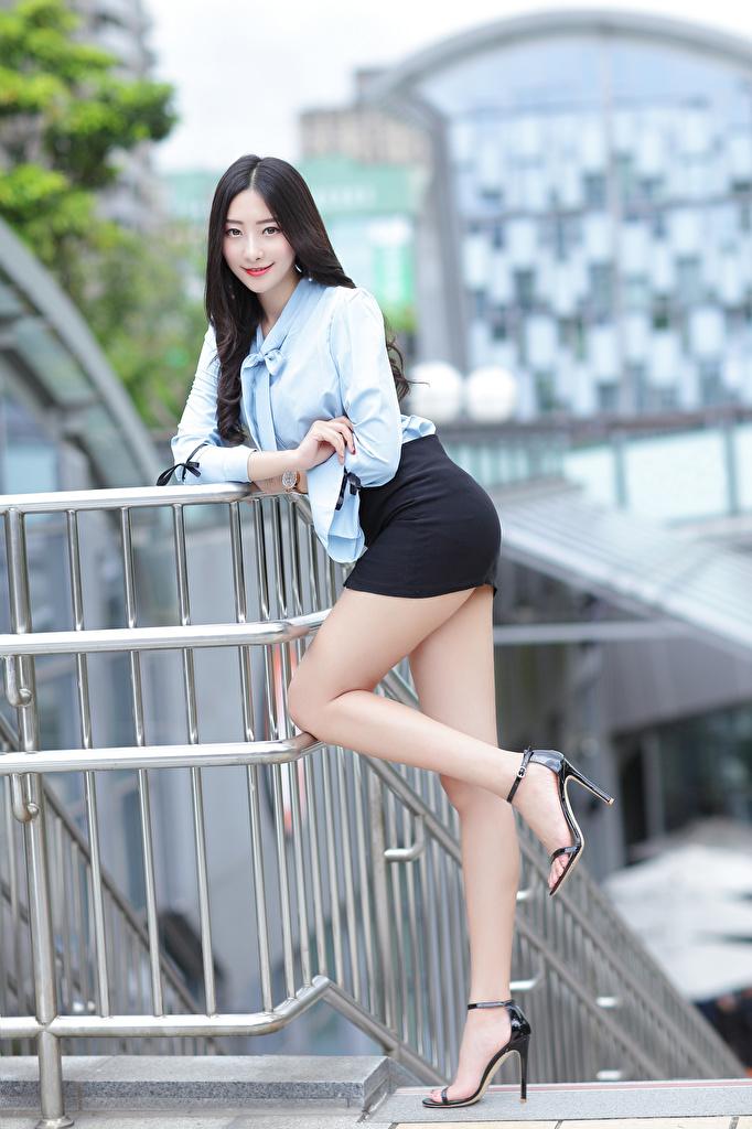Фотография Юбка брюнетки улыбается позирует Блузка Девушки Ноги азиатка Взгляд  для мобильного телефона юбки юбке Брюнетка брюнеток Улыбка Поза девушка молодая женщина молодые женщины ног Азиаты азиатки смотрит смотрят