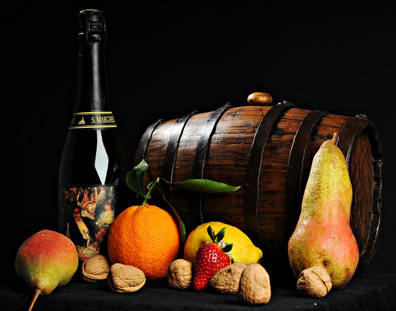 Картинка Вино Апельсин Груши Бочка Пища Фрукты Бутылка Орехи на черном фоне Еда бутылки Продукты питания Черный фон