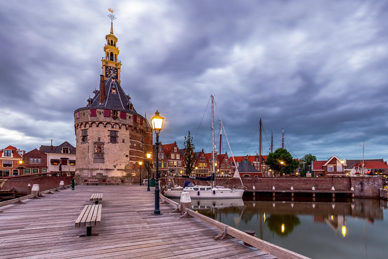 Фото голландия башни Hoorn Пристань Скамейка Уличные фонари город Здания Нидерланды Башня Пирсы Скамья Причалы Дома Города