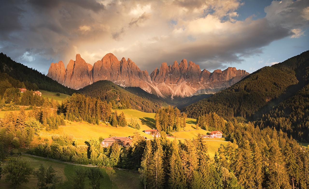 Картинка альп Италия Funes Valley гора Осень Природа лес Луга Пейзаж Здания Альпы Горы осенние Леса Дома