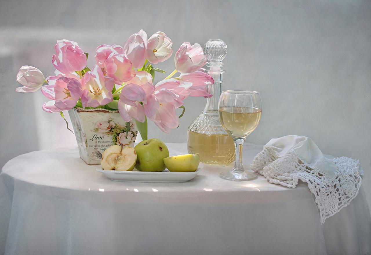 Картинка Вино Тюльпаны Цветы Яблоки Пища вазе стола Бокалы Натюрморт Еда Ваза Стол вазы столы бокал Продукты питания