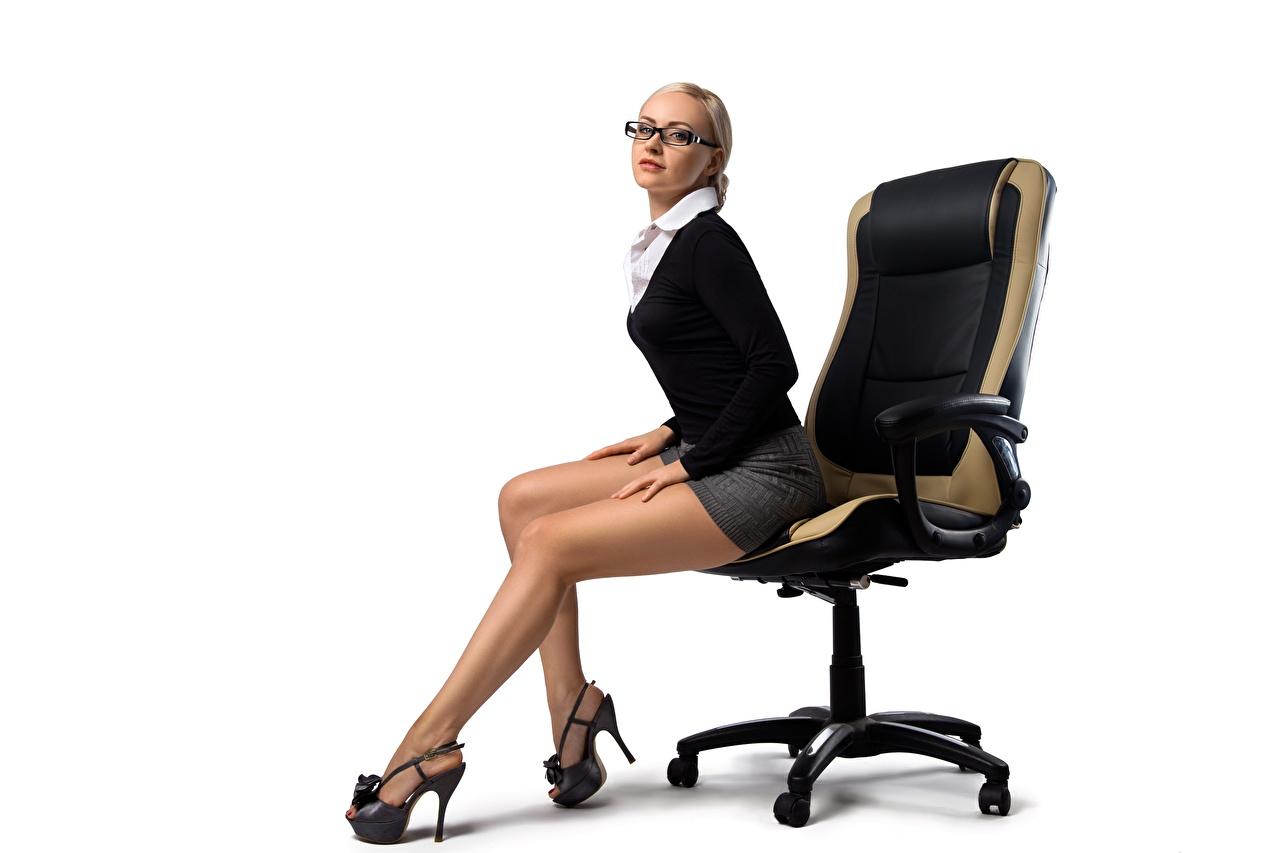 Обои для рабочего стола Блондинка Секретарши Девушки Ноги Очки Сидит Кресло Белый фон туфель блондинки блондинок секретарша девушка молодая женщина молодые женщины ног сидя очков очках сидящие белом фоне белым фоном Туфли туфлях