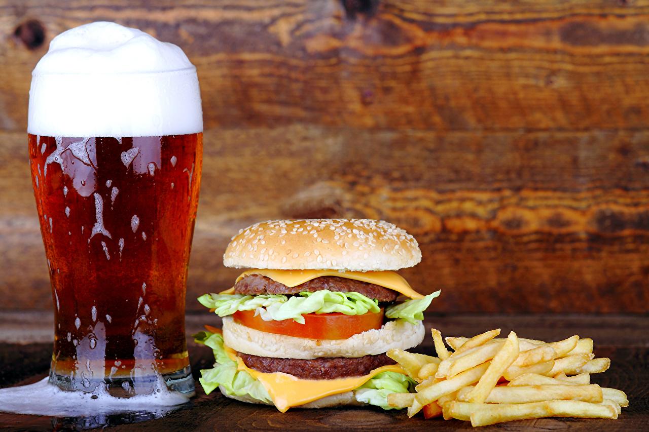 Картинка Пиво Гамбургер Картофель фри стакана Фастфуд Булочки Пища пеной Стакан стакане Быстрое питание Еда Пена пене Продукты питания