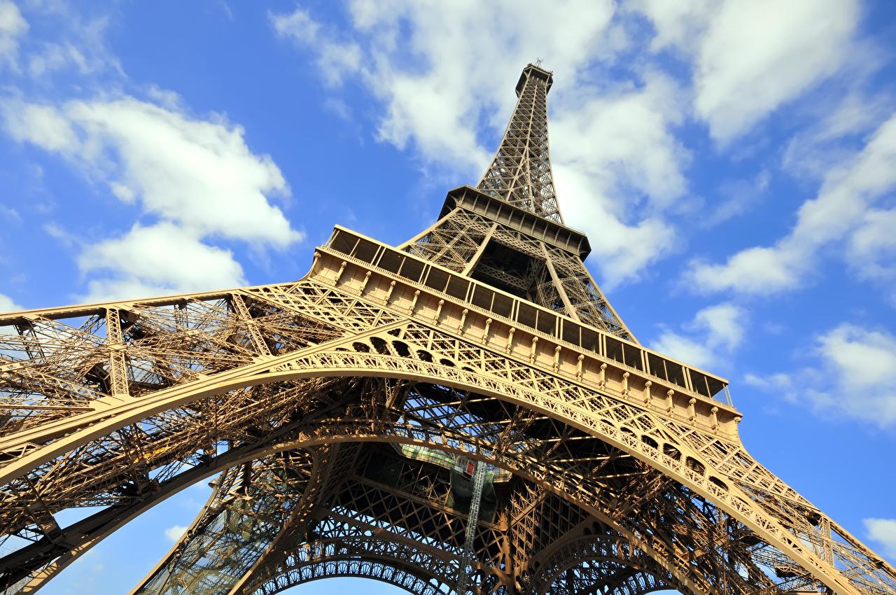 Картинка париже Эйфелева башня Франция Вид снизу город Париж Города