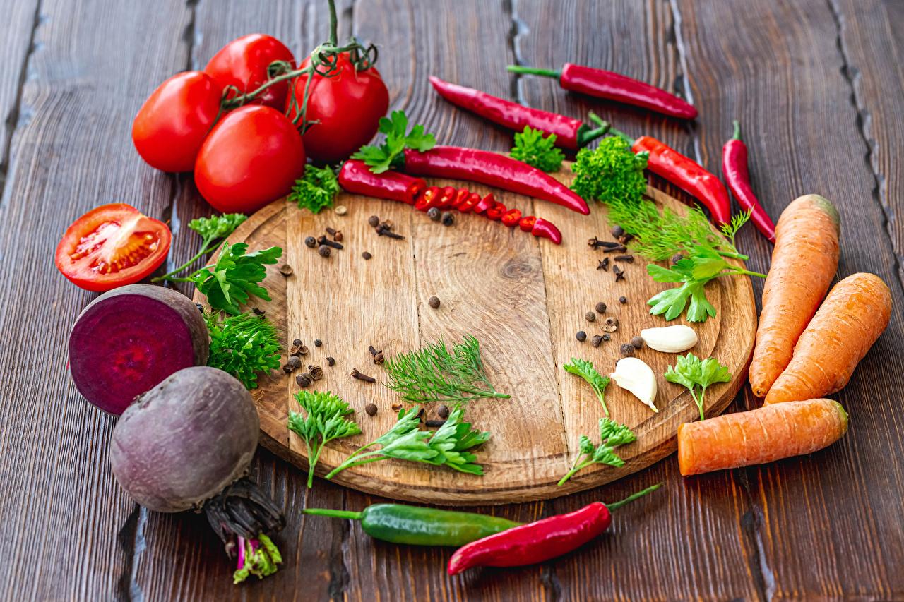 Фотография Томаты свёкла морковка Перец чёрный Острый перец чили Пища Овощи разделочной доске Доски Свекла Морковь Помидоры Еда Продукты питания Разделочная доска