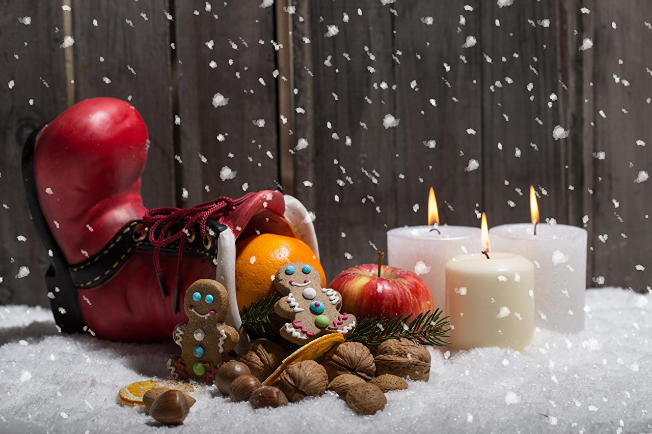Фотографии Рождество Апельсин снеге Яблоки Свечи Печенье Орехи Праздники Новый год Снег снега снегу