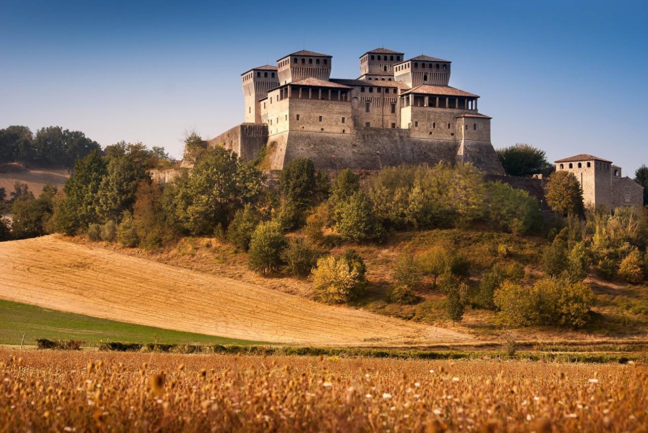 Картинка Италия castle of Torrechiara, province of Parma замок Поля Города Замки город