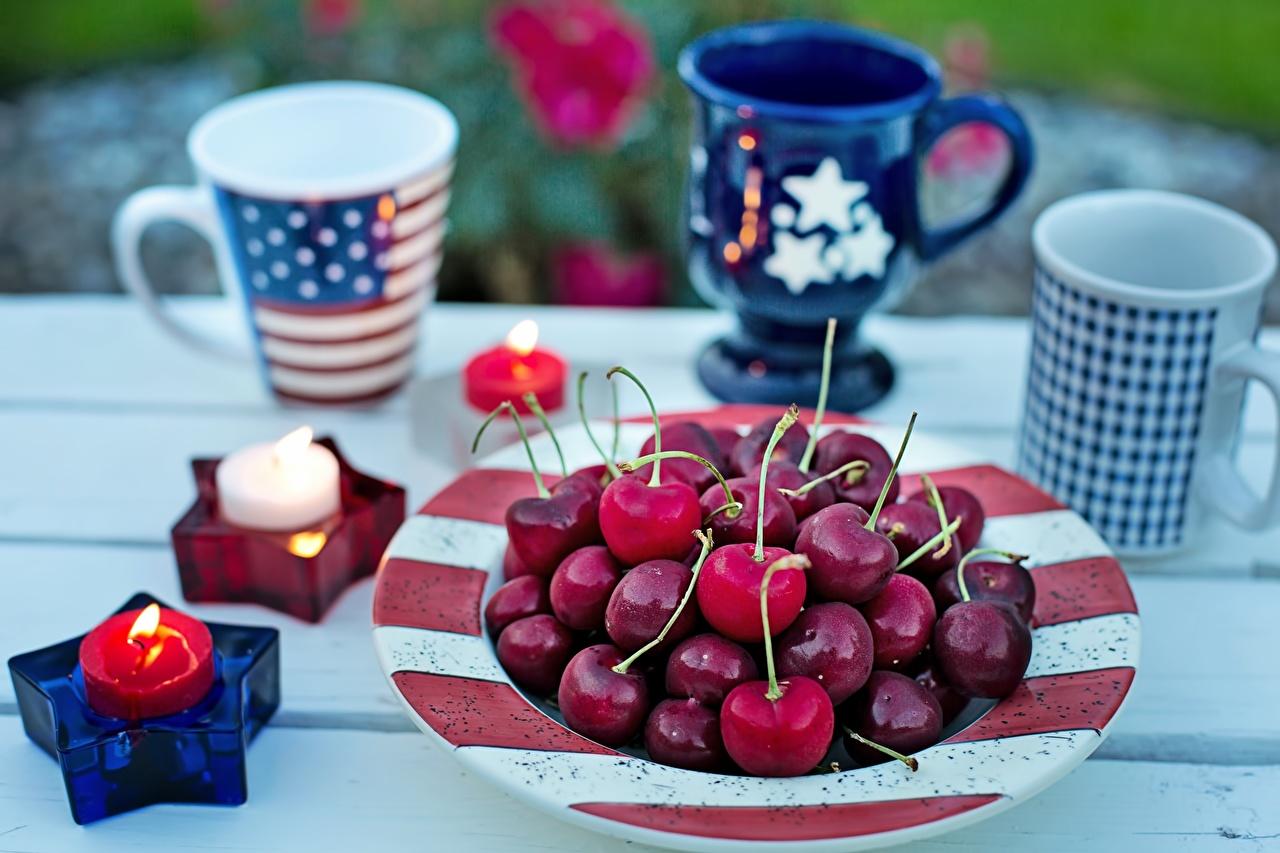 Фото Звездочки Американские боке пламя Вишня Свечи Кружка тарелке Продукты питания американская американский Размытый фон Огонь Черешня Еда Пища кружке кружки Тарелка