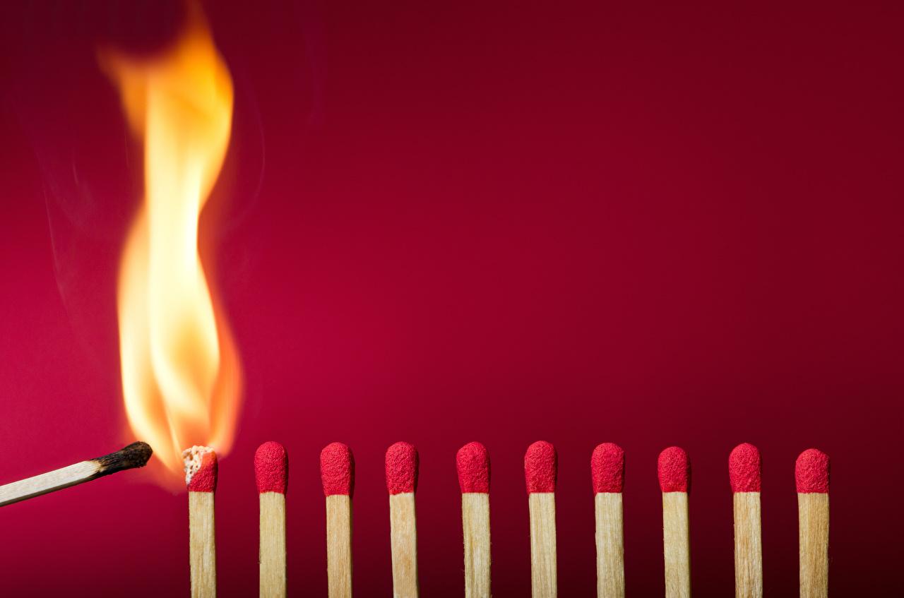 Фотографии Спички пламя красном фоне Огонь Красный фон