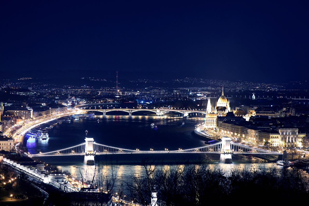 Обои для рабочего стола Будапешт Венгрия мост Реки Ночь Сверху город Здания Мосты река ночью речка в ночи Ночные Дома Города