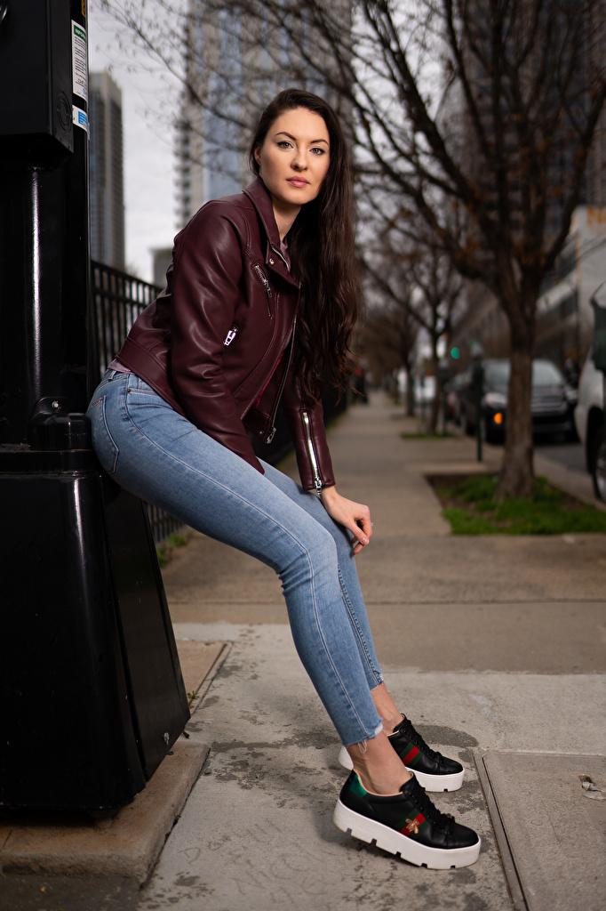 Фотография Natalia Larioshina позирует Куртка молодая женщина джинсов Взгляд  для мобильного телефона Поза куртке куртки куртках девушка Девушки молодые женщины Джинсы смотрит смотрят