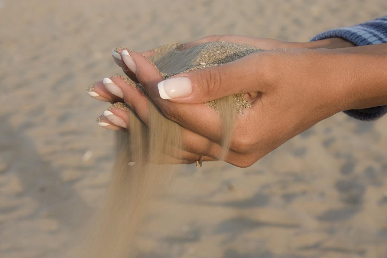 Фотография Маникюр песка Руки Крупным планом маникюра Песок песке рука вблизи