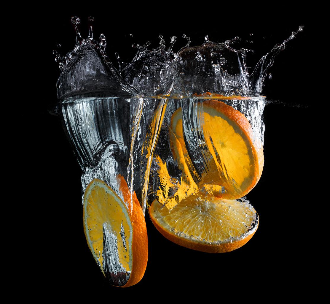 Картинки Апельсин часть Брызги Еда Вода Трое 3 на черном фоне Кусок кусочек кусочки с брызгами три воде Пища втроем Продукты питания Черный фон