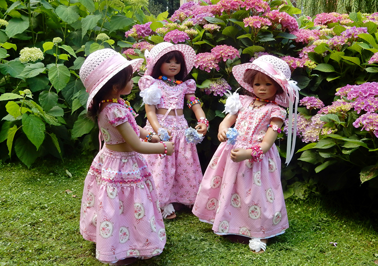 Фото Девочки куклы Grugapark Essen шляпе Природа парк Гортензия втроем Платье девочка Кукла Шляпа шляпы Парки три Трое 3 платья