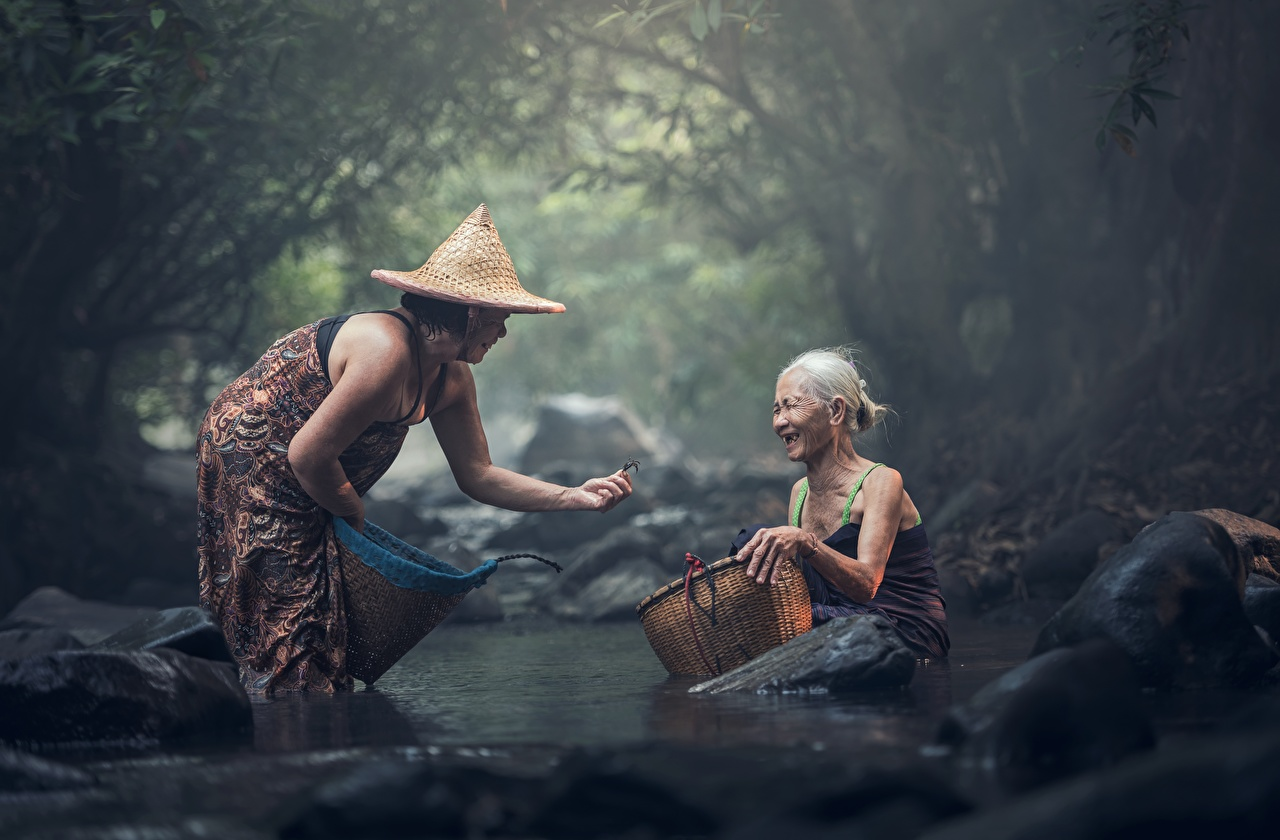 Обои пожилая женщина Двое Шляпа Ручей Азиаты Корзинка Сидит Камни Старуха 2 вдвоем Корзина Камень сидящие
