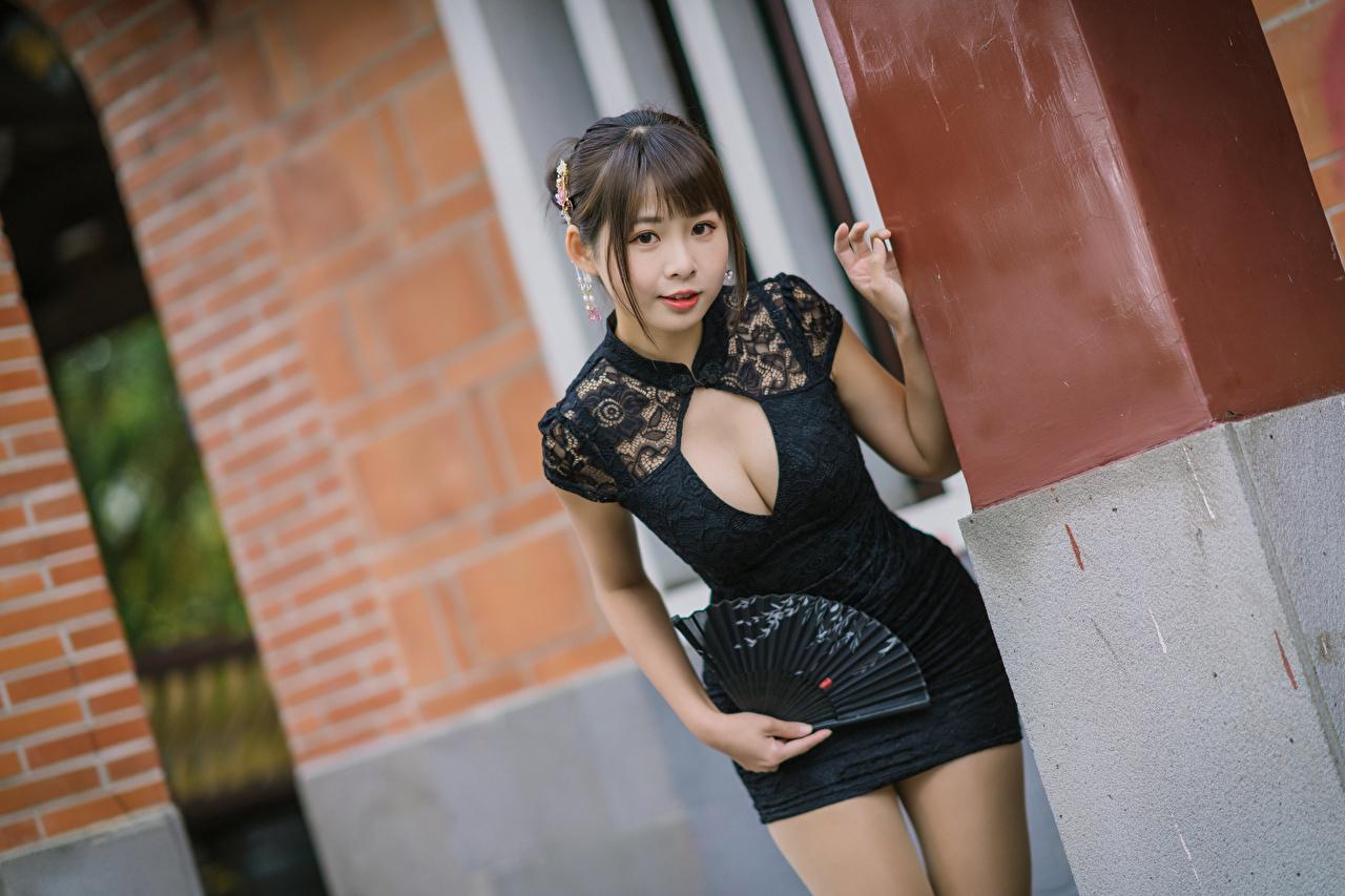 Фотография Веер Поза Декольте Девушки азиатка смотрит платья позирует вырез на платье девушка молодая женщина молодые женщины Азиаты азиатки Взгляд смотрят Платье