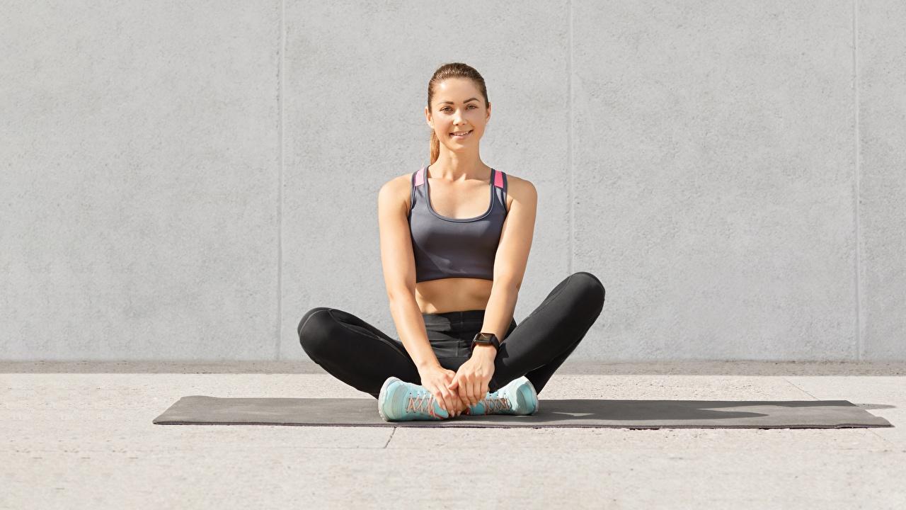 Фотографии Улыбка Фитнес Спорт Девушки Кроссовки Ноги майки Сидит смотрят улыбается девушка кроссовках спортивный спортивная спортивные молодые женщины молодая женщина ног майке Майка сидя сидящие Взгляд смотрит