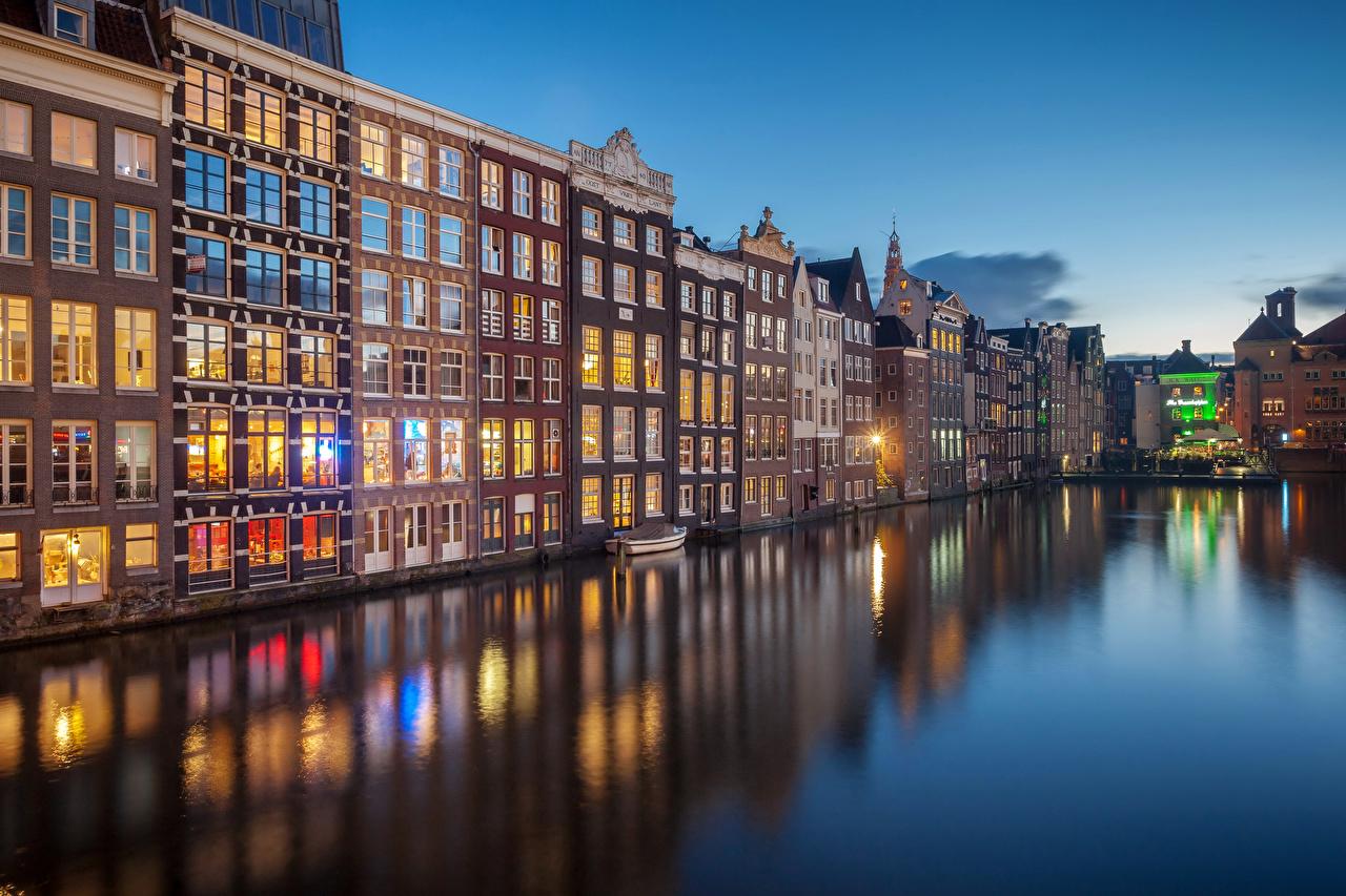 並んだビルがきれいなアムステルダム