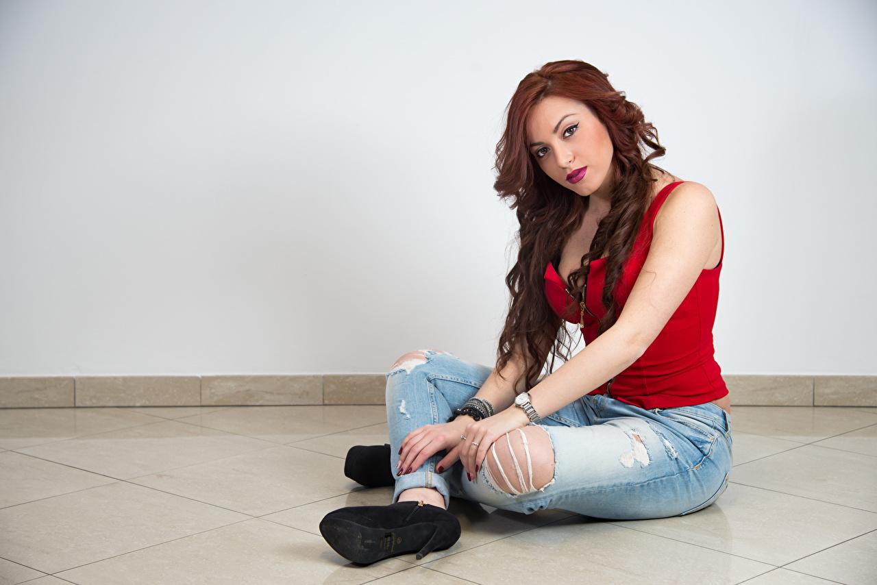 Обои для рабочего стола рыжих Samanta молодые женщины Джинсы сидя рука Взгляд рыжие Рыжая девушка Девушки молодая женщина джинсов Руки Сидит сидящие смотрит смотрят
