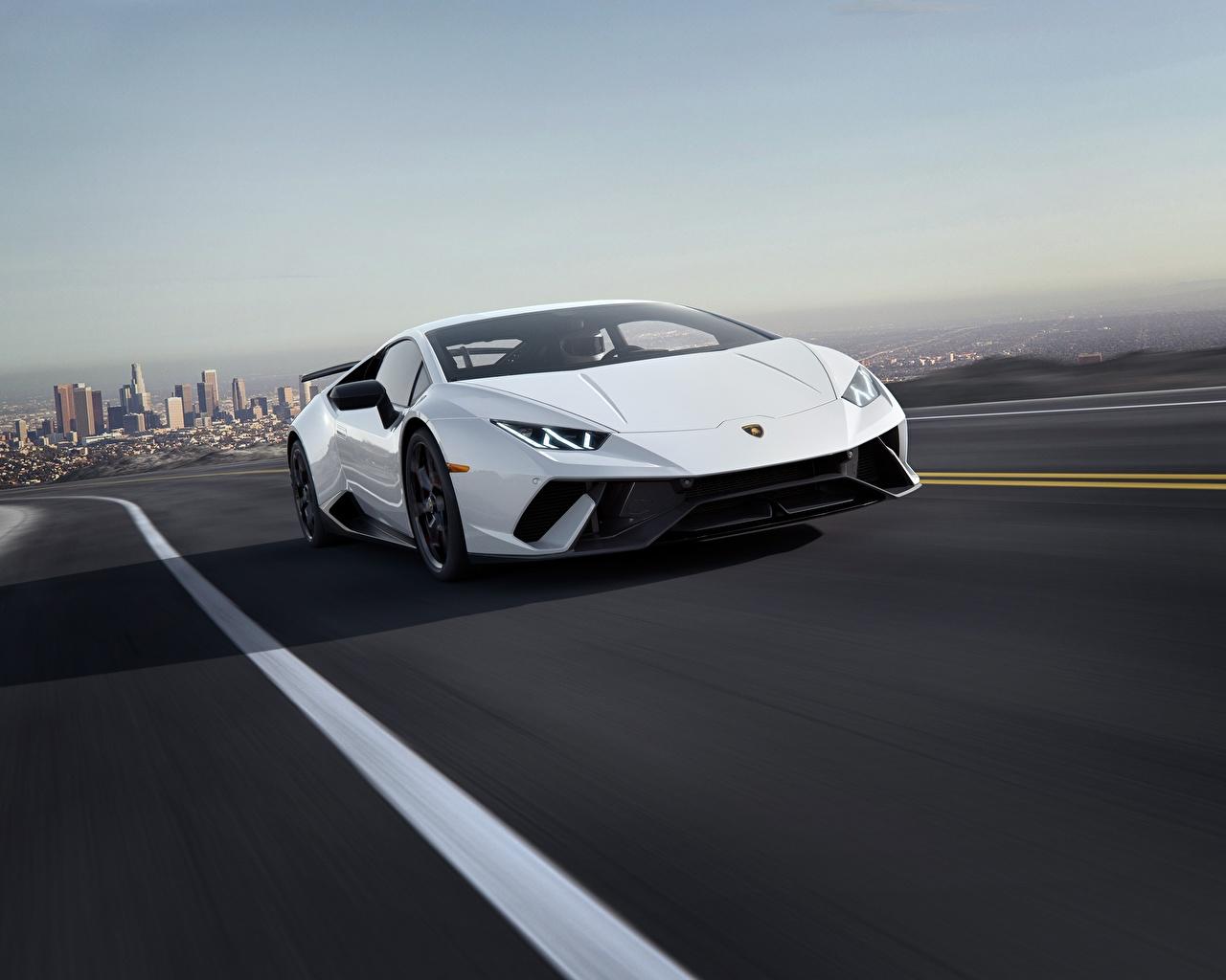 Картинки Lamborghini 2018 CGI Performante Huracan белая едущая авто Ламборгини Белый белые белых едет едущий скорость Движение машина машины Автомобили автомобиль