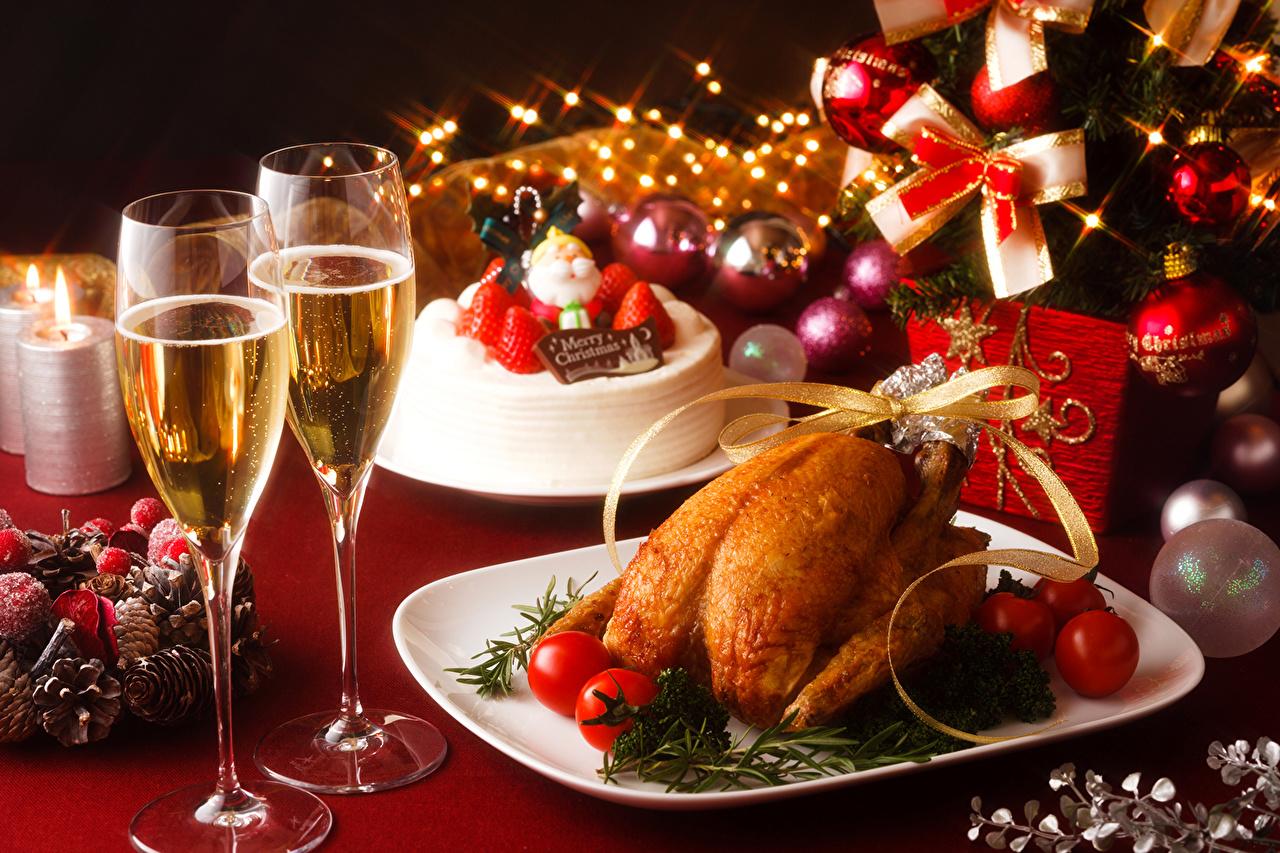 Фотографии Рождество Вино Торты Томаты Шампанское Курица запеченная Еда Шар бокал накрытия стола Новый год Помидоры Игристое вино Пища Шарики Бокалы Продукты питания Сервировка