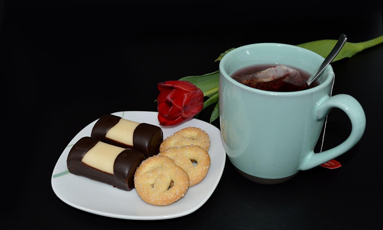 Обои для рабочего стола Чай Тюльпаны Еда кружки Печенье Тарелка Черный фон тюльпан Пища Кружка кружке тарелке Продукты питания на черном фоне