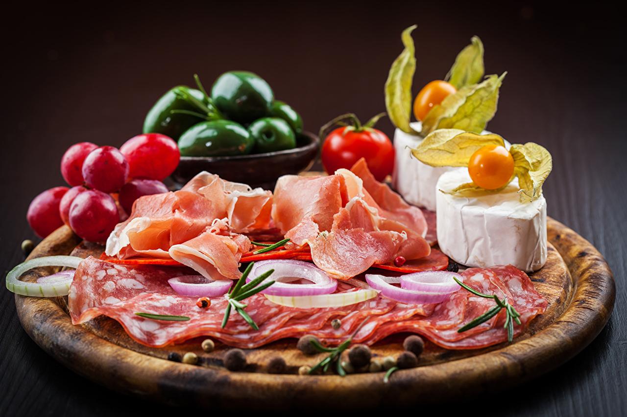 Фотография Колбаса Сыры Ветчина Пища Овощи Натюрморт Еда Продукты питания