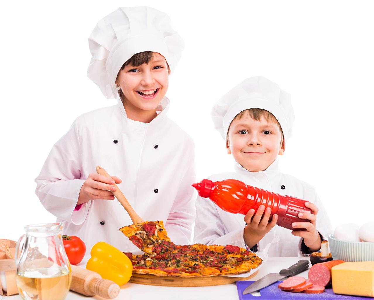 Фотография мальчик улыбается ребёнок два Пицца повары белом фоне Мальчики мальчишки мальчишка Улыбка Дети 2 две Двое вдвоем Повар повара Белый фон белым фоном