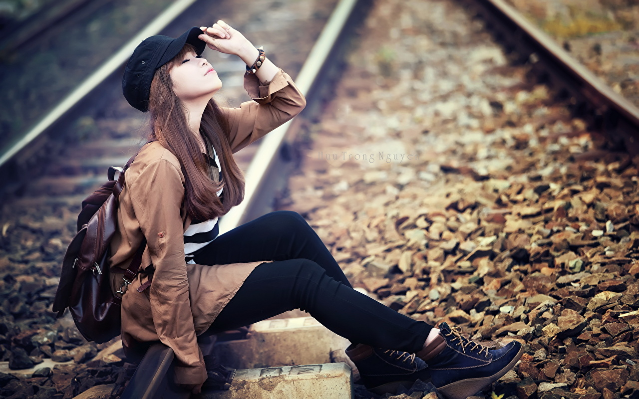 Картинки рельсах молодая женщина Азиаты Камни сидящие Железные дороги Рельсы девушка Девушки молодые женщины азиатки азиатка сидя Сидит Камень