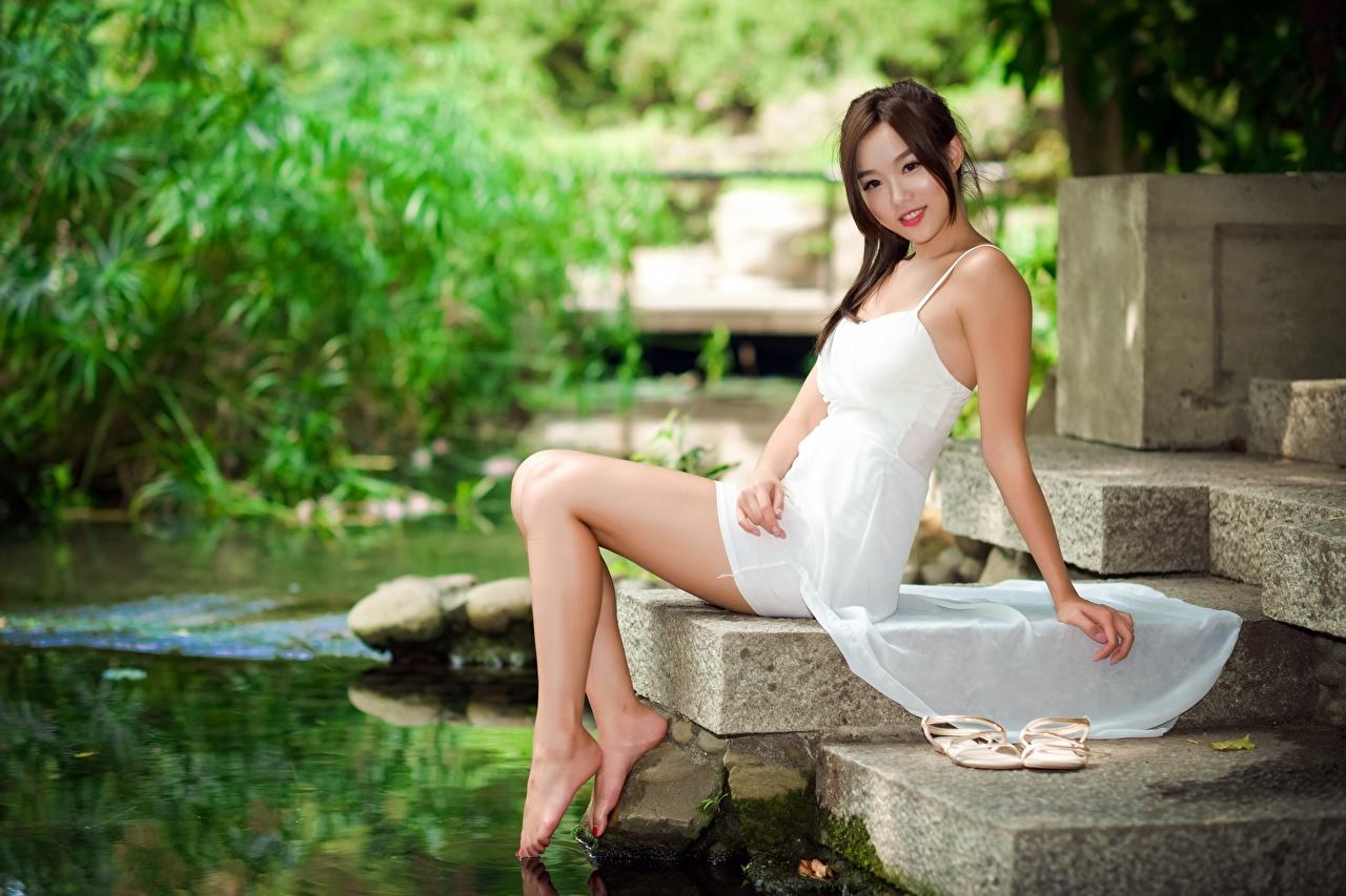 Обои для рабочего стола улыбается Размытый фон Девушки ног Азиаты Руки сидящие Платье Улыбка боке девушка молодая женщина молодые женщины Ноги азиатки азиатка рука сидя Сидит платья