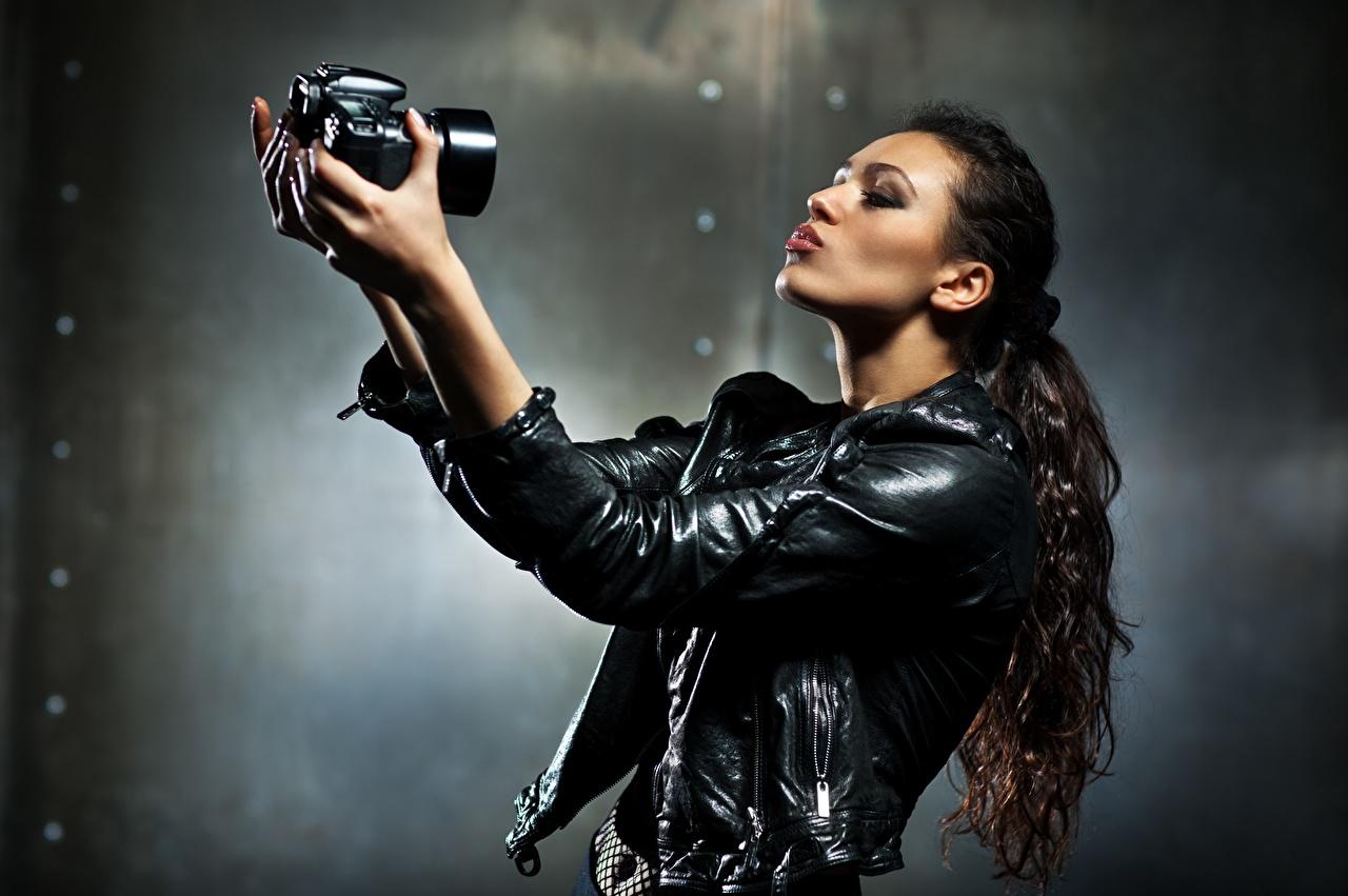 Фотография фотокамера Селфи Фотограф Размытый фон Куртка молодые женщины Хвост Руки Фотоаппарат боке куртке куртки куртках девушка Девушки молодая женщина хвоста рука