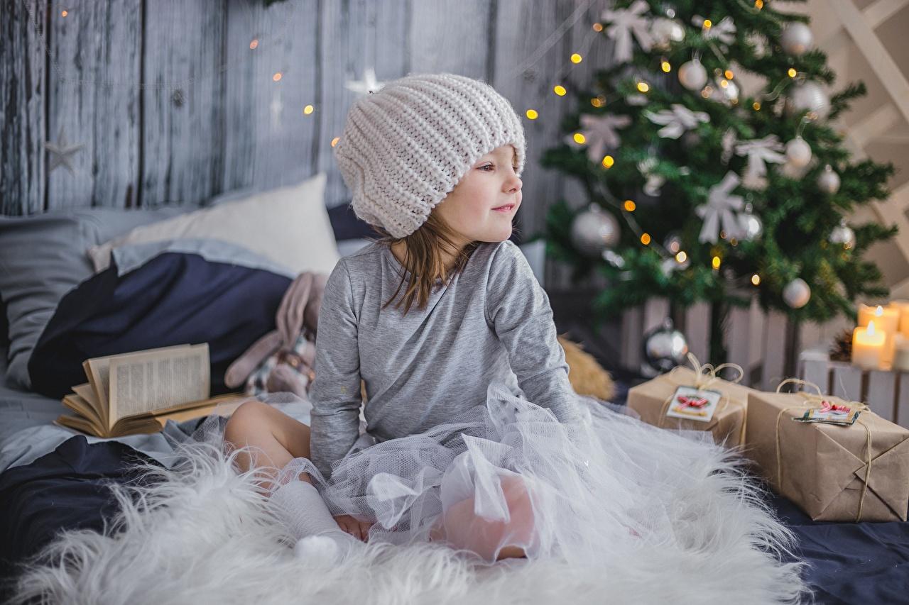 Фотография Девочки Новый год Дети Шапки Подарки сидящие Рождество Ребёнок Сидит
