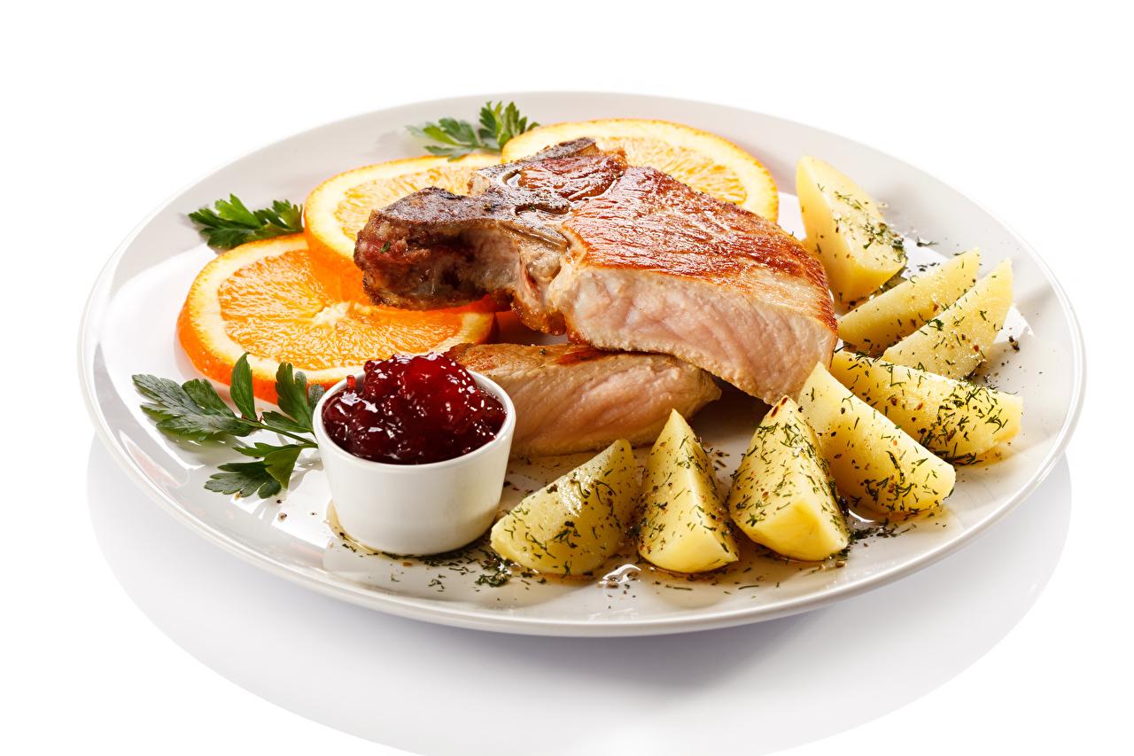 Фотографии Апельсин Картофель Еда Тарелка белым фоном Мясные продукты картошка Пища тарелке Продукты питания Белый фон белом фоне
