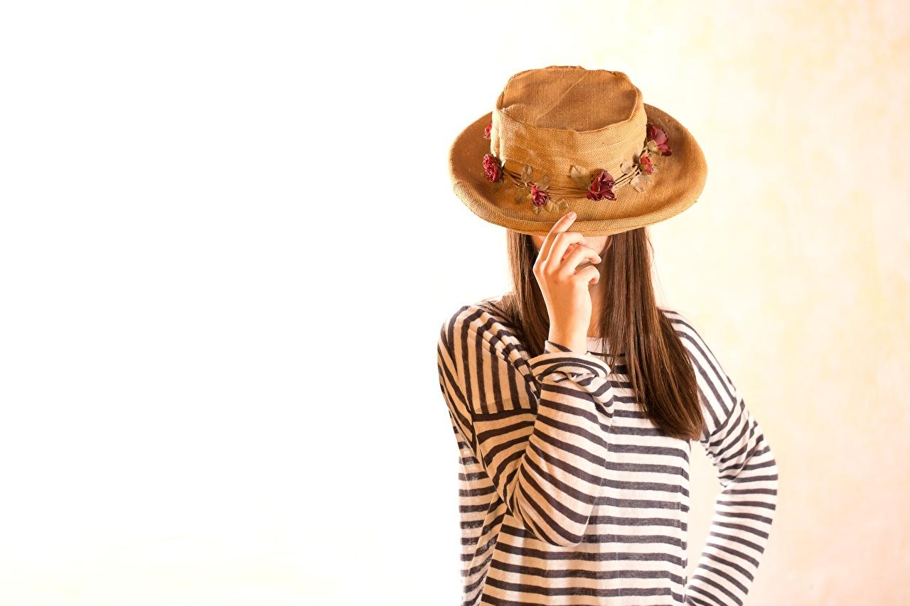 Фото Шатенка тельняшка Поза Шляпа Девушки Руки шатенки позирует шляпы шляпе девушка молодая женщина молодые женщины рука