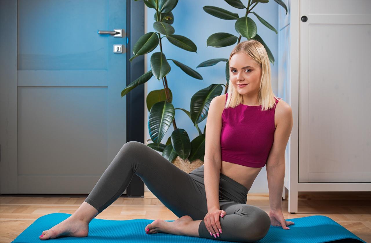 Фотографии блондинок Isabella Star Фитнес девушка Ноги Руки Сидит блондинки Блондинка Девушки молодая женщина молодые женщины ног рука сидя сидящие