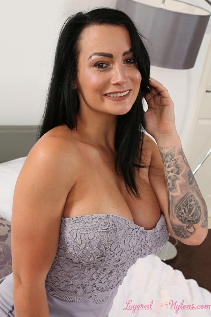 Фотография Kelli Smith татуировка брюнетки Улыбка Девушки рука Взгляд  для мобильного телефона тату Татуировки Брюнетка брюнеток улыбается девушка молодая женщина молодые женщины Руки смотрит смотрят