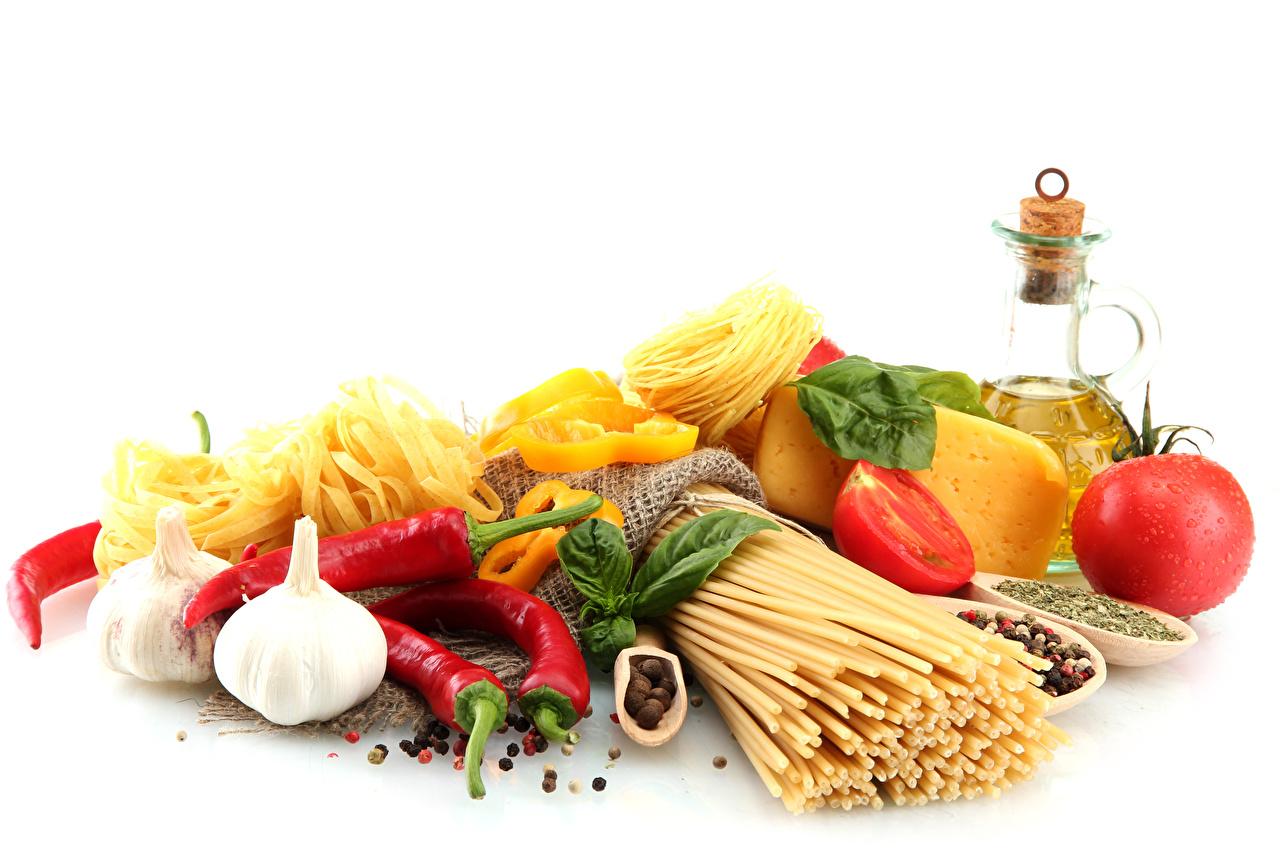 Фото Томаты Макароны Сыры Чеснок Овощи Перец Продукты питания Белый фон Помидоры Еда Пища перец овощной белом фоне белым фоном